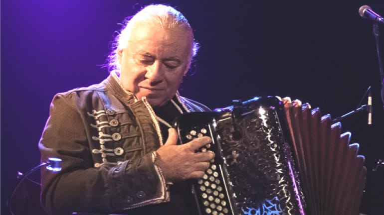 Coop ART[O] | Musicien jouant de l'accordéon